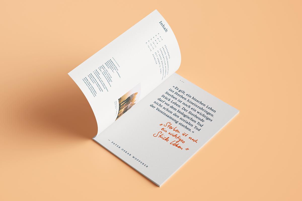 Liegende, geöffnete Broschüre mit einem großen Zitat