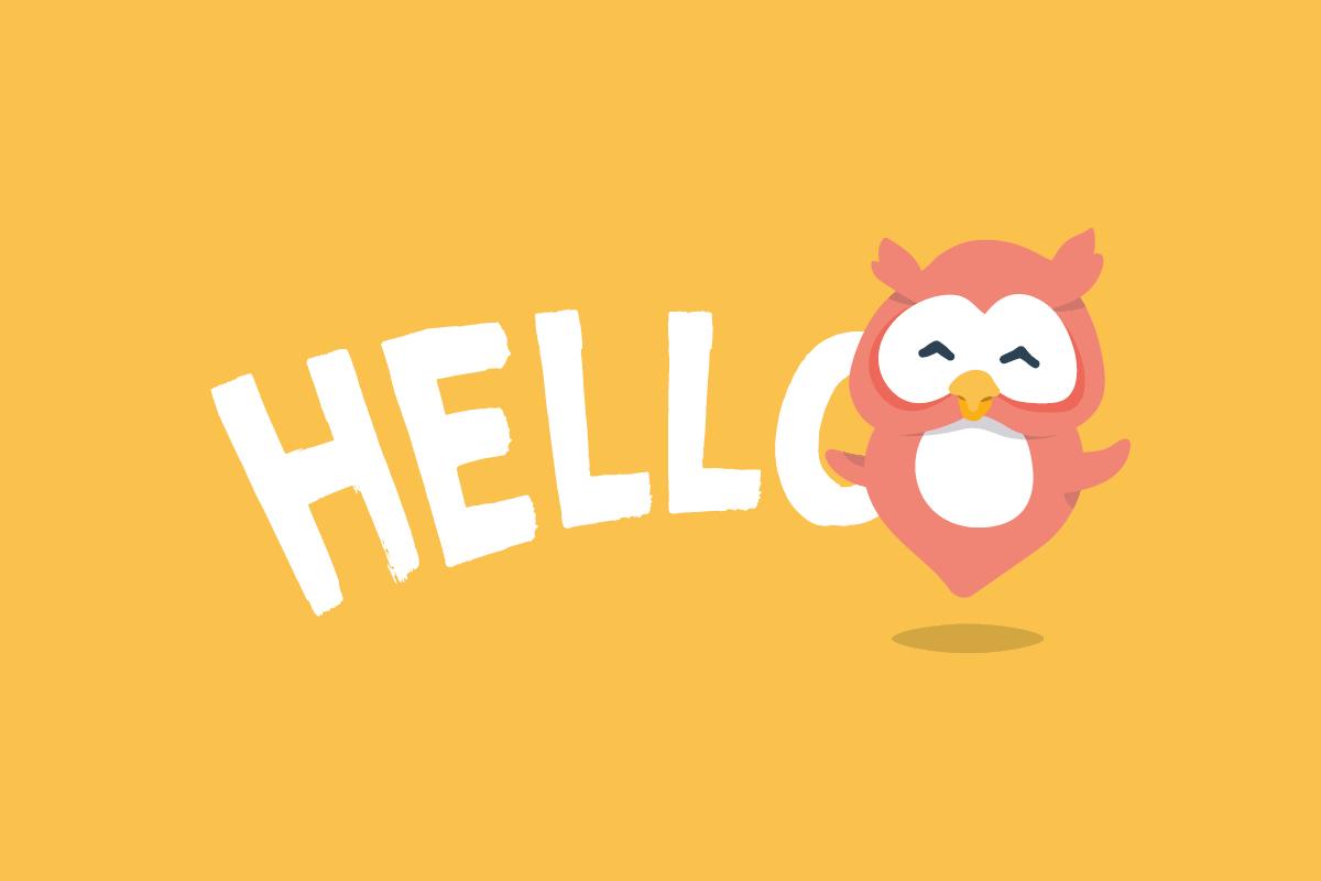 """Illustration einer fröhlichen, kleinen Eule mit der Aufschrift """"Hello"""" vor gelbem Hintergrund"""