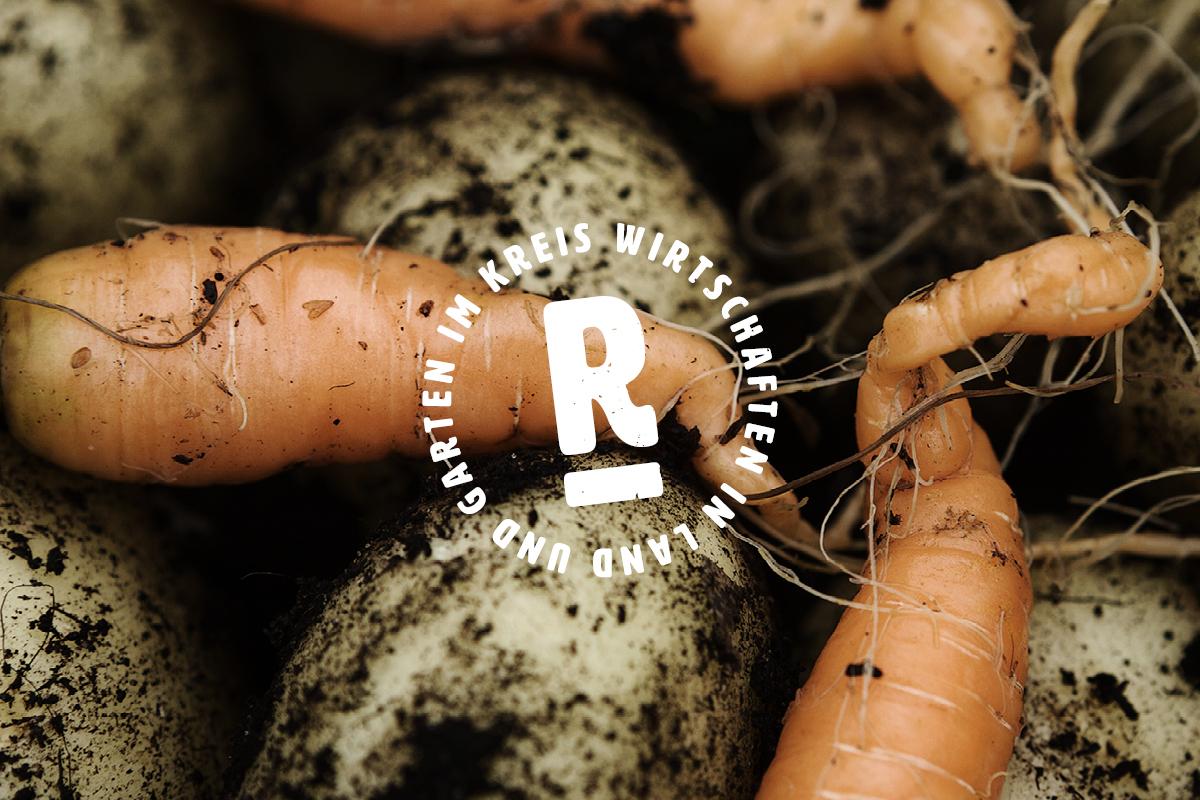 """Ein rundes Siegel mit dem Text """"Im Kreis wirtschaften in Land und Garten"""", im Hintergrund frisch geerntetes Gemüse"""